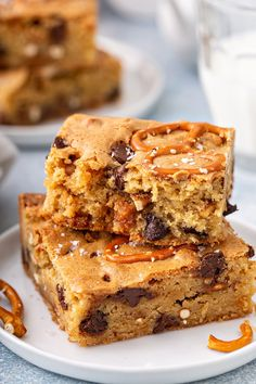 If you love salty-sweet desserts, these blondies are for you! These Salted Caramel Blondies are packed with sweet caramel chips, chocolate chips, and – as an added surprise – salty pretzel pieces. Homemade Desserts, Cookie Desserts, Sweet Desserts, Just Desserts, Sweet Recipes, Delicious Desserts, Brownie Recipes, Chocolate Recipes, Cookie Recipes