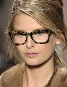As New York Fashion Week begins next week with designers showing their Fall 2013 collections, I am more than ready for more street style to begin popping up on Cute Glasses, New Glasses, Glasses Frames, Eyeglasses For Women, Sunglasses Women, Sunglasses Outlet, Only Fashion, Fashion Beauty, Vintage Hair Combs