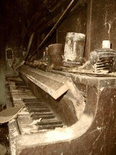 abandoned piano...it looks so sad :(