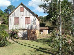Habitação típica de região rural nos estados do sul do Brasil. Construções de madeira, com estilo europeu.  Felicidade também é estar feliz com o que se tem.
