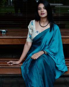 How To Style Simple Sarees To Look Super Stylish! Kerala Saree Blouse Designs, Saree Blouse Neck Designs, Saree Blouse Patterns, Simple Lehenga, Simple Sarees, Satin Saree, Cotton Saree, Stylish Dress Designs, Saree Trends