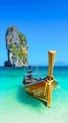 Acantilado y el barco en Krabi, Phuket, Tailandia