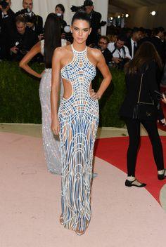 Kim Kardashian et Kylie Jenner en robes Balmain étincelantes, Kendall Jenner sculpturale en robe Atelier Versace... Comment était habillé le clan Kardashian au gala du MET Costume Institute ? Réponse ici.