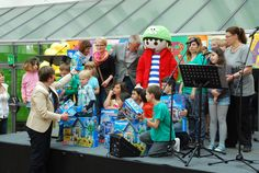 Frau Weingart, Leiterin der #PLAYMOBIL-Presseabteilung, hat Speyerer Kindergärten und Kindertagesstätten reichlich beschenkt. © Historisches Museum der Pfalz / Nicht zur kommerziellen Nutzung freigegeben.