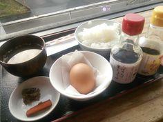 弓削多醤油・醤遊王国@埼玉・坂戸  卵かけご飯  埼玉は坂戸にある小さな醤油蔵元。小さいながら『醤遊王国』という蔵の見学や醤油絞り等体験と醤油にちなんだ軽食などいただける施設を運営しています 。がんばってる蔵元です。 私のお気に入りはこの『卵かけご飯』350円。串団子などありますが、今日は幼稚園の見学があり、幼稚園児が醤油作りのビデオで勉強中に、その後ろで隠れる様に『卵かけご飯』いただきました。(笑) 出される醤油は販売している醤油選べますが、やはりその日に絞った生醤油が良いですね。『卵かけご飯用』の醤油もあるのにね。(笑)  2013.12.04