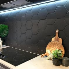 Love this hexagon splashback! An inexpensive and simple way to add visual interest to a kitchen Black splashback Love this hexagon splashback! An inexpensive and simple way to add visual interest to a kitchen Black splashback Black Splashback, Kitchen Splashback Tiles, Black Backsplash, Hexagon Backsplash, Kitchen Flooring, Backsplash Design, Backsplash Ideas, Modern Kitchen Backsplash, Kitchen Black Tiles