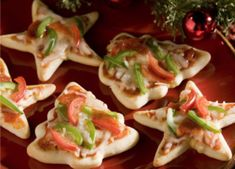 Sounds like a good pizza night treat!Christmas Pizza Minis- Use cookie cutters and cut out mini- pizzas. Christmas Pizza, Christmas Party Food, Christmas Appetizers, Christmas Goodies, Christmas Treats, Christmas Baking, Kids Christmas, Xmas Party, Christmas Buffet