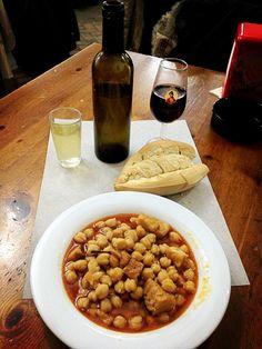 "La Cuaresma trae a Sevilla los típicos garbanzos con bacalao... / It's typical to eat ""garbanzos con bacalao"" (chickpeas with cod) during Lent in Seville"
