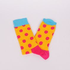 Страхотни весели мъжки чорапи в жълт цвят, с розови точки и розова пета. На ластика в горната част и пръстите са в син цвят.