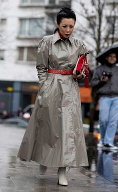 The Best Street Style At Paris Fashion Week Autumn Winter 2017 Cool Street Fashion, Street Chic, Street Style, Rain Bonnet, Latex Lady, Pvc Raincoat, Singing In The Rain, Fashion Project, Raincoats For Women