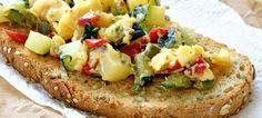 Tostada de Huevos revueltos con pimientos y calabacín