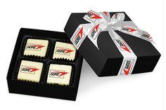 Wer lieber klassisch schenkt, der kann Schokolade bei Chocolissimo bedrucken oder individuell formen lassen.