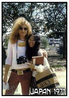 Robert Plant with a fan in Japan Robert Plant Led Zeppelin, Jimmy Page, Rock Family, Greatest Rock Bands, Mary Elizabeth Winstead, Joan Jett, Janis Joplin, Music Icon, Rock Music
