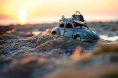 Kim Leuenberger a commencé la série de photographies de véhicules miniatures lorsque ses parents lui ont offert la miniature d'une camionnette bleue.
