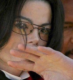 """Michael era inocente como uma criança no seu coração e um homem de sentimentos nobres, NUNCA ele faria mal a ninguém! E muito menos a uma criança! Ele só fez o bem na sua vida e tudo que lhe trazia mais alegrias e felicidade que foi ...""""A minha alegria é doar, compartilhar e ter diversão simples e inocente."""" Aqui está toda a essência deste grande Homem. Peter Pan no seu coração. Carla Mmjking"""