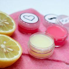 DIY Lippenbalsam selbstgemacht: die fruchtige Lippenpflege mit Zitrone und rein natürlichen Zutaten eignet sich auch perfekt als Geschenk zum Muttertag
