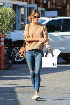 Alessandra Ambrosio's Life Looks Like One Big Vacation – Celebrities Woman Alessandra Ambrosio, Classy Outfits, Cute Outfits, Casual Wear Women, Fall Winter Outfits, Petite Fashion, Casual Chic, Casual Looks, Amazing Women