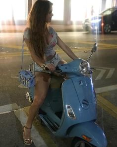 Vespa Bike, Motos Vespa, Piaggio Vespa, Lambretta Scooter, Scooter Motorcycle, Motorbike Girl, Vespa Scooters, Motorcycle Girls, Lady Biker