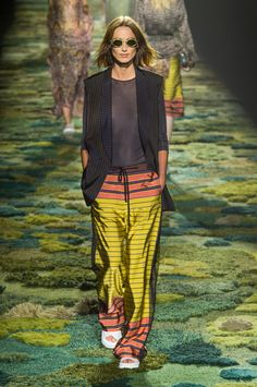 Dries Van Noten Spring 2015 at Paris Fashion Week today. See the best runway looks here. Fashion Week Paris, London Fashion Weeks, Runway Fashion, Fashion Show, Womens Fashion, Fashion Design, Spring 2015, Spring Summer Fashion, Summer 2015