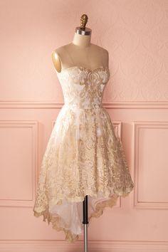 D'abord j'adore la dentelle, ensuite le rose gold c'est sublime, après les coupes asymétriques et les décolletés en cœur c'est ma vie alors cette robe !!!!!!!!!! JE LA VEUX !!!
