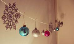 Christbaumkugeln verschönern nicht nur jeden Baum sondern auch Dein ganzen Raum. Wie das genau funktioniert zeigen wir Dir im mydays Magazin.