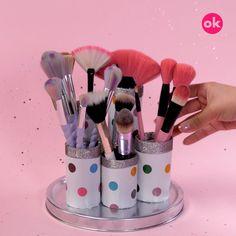 El maquillaje, aunque no ocupa mucho espacio e incluye pocos productos, puede causar que tu cuarto de baño o tocador se vean desordenados, especialmente cuando no se tiene un cajón o cosmetiquera en la que puedas guardarlo. Pero afortunadamente existen organizadores que puedes hacer para que tus brochas no se maltraten. Usando materiales reciclados, vasos decorados con moños y manteles de bambú podrás cuidar tu maquillaje de la mejor manera Makeup Studio, Diy Room Decor, Bedroom Decor, Paint Cans, Pincel, Diy Beauty, Makeup Brushes, Fun Crafts, Origami