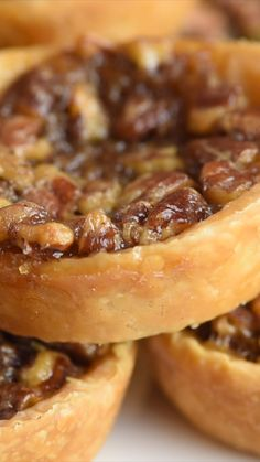Whip up these bite-size Pecan Pie Bites! Transform your holiday dessert with this super easy and delightful pecan pie dessert. A buttery crust that is filled with sweet and creamy pecan filling. Tortas Low Carb, Mini Pecan Pies, Mini Pies, Mini Fruit Tarts, Apple Pies, Mini Cheesecakes, Pie Dessert, Dinner Dessert, Light Dessert Recipes