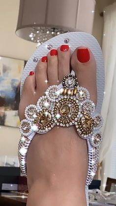Bedazzled Shoes, Bling Shoes, Pretty Shoes, Beautiful Shoes, Fashion Sandals, Sneakers Fashion, Flat Platform Sandals, Sandals Outfit Summer, Bling Flip Flops