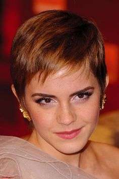 so cute, one of the cutest celeb is absolutely Emma Watson. Und Prominente pixie schneidet so niedlich, Emma Emma Watson Pixie, Emma Watson Hair, Pixie Hairstyles, Pixie Haircut, Cool Hairstyles, Haircuts, Pixie Cut Kurz, Pixie Cuts, Short Pixie