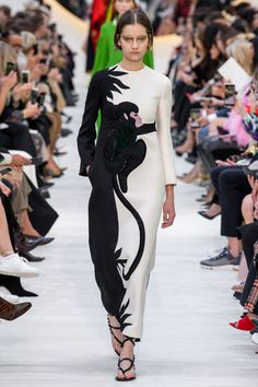Valentino Spring 2020 Ready-to-Wear Fashion Show Valentino Spring 2020 Ready-to-Wear Collection - Vogue History of Knitting String spinning, weaving and sewing careers s. Valentino Couture, Valentino 2017, Valentino Gowns, Fashion 2020, Runway Fashion, Spring Fashion, Fashion Weeks, London Fashion, Costume