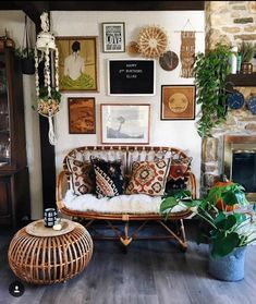 Its #BohoIsMyJam tiiiiiiime Ahhhh @helms.at.home you reallllllly suckered us in with this sweet, earthy, bohemian snug of a space! The gorgeous eclectic art (gimme that lady with her back to us all! ) the textured pillows, the sweet cane settee, the macrame, the planties...I mean And she has the sweetest feed I have scrolled through in a while (Happy Birthday to your precious babe!) Go check her gorgeous bohemian abode out!
