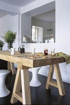 splendide table en bois brut dans salle à manger avec ouverture direct sur la cuisine , le petit déjeuner est prêt !