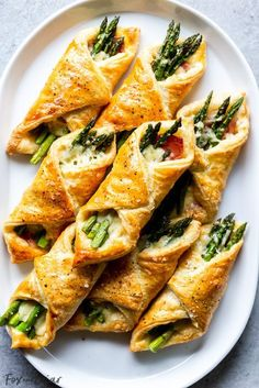 Prosciutto Asparagus Puff Pastry Bundles (appetizer) - Fox and Briar These Prosciutto Asparagus Puff Pastry Bundles are an easy and elegant appetizer or brunch idea! Perfect for Easter, Mother's Day or any other spring brunch! Brunch Recipes, Gourmet Recipes, Appetizer Recipes, Healthy Recipes, Easter Recipes, Recipes Dinner, Healthy Food, Aperitivos Finger Food, Prosciutto Asparagus
