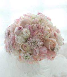 淡い甘いピンクのバラで作るブーケ、実は6つの小さなミニブーケにして配ることができます。シェアブーケ、と一会では呼んでいます。シェアする数はだいたい2束から...