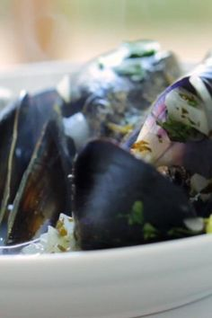 Moules Frites is an easy seafood recipe that always wows a crowd! Learn how to make my moules-marinere complete with guides on how to Clean Mussels, Cook them, serve them and eat them! Quick Weeknight Meals, Easy Healthy Dinners, Healthy Chicken Recipes, Seafood Recipes, Healthy Foods, Crockpot Recipes, Food Platters, Food Dishes, How To Clean Mussels