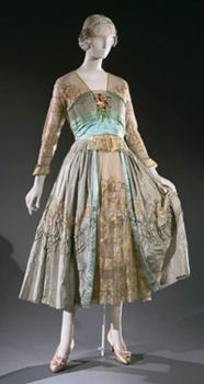 """The """"Happiness Dinner Dress"""", by Lucile, Ltd. Lucile Ltd. was a couture house of fashion owned by Lucy Christiana, Lady Duff-Gordon, who was also known for surviving the sinking of the Titanic. Antique Clothing, Historical Clothing, Vintage Gowns, Vintage Outfits, Edwardian Fashion, Vintage Fashion, Edwardian Era, Edwardian Dress, Belle Epoque"""