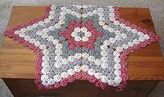 A Collective Journal: Fabric Yo-Yo patriotic mat Yo Yo Quilt, Tie Quilt, Quilt Patterns, Sewing Patterns, Crochet Patterns, Quilting Projects, Sewing Projects, Hexagon Quilt, Fabric Art