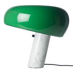 Flos välkända bordslampa Snoopy i ett specialutförande med grönlackerad skärm. Kommer endast i en begränsad upplaga.Snoopy bordlampa från Flos, formgiven av Achille Castiglioni och Pier Giacomo Castiglioni 1967. Snoopy har en lampfot i vit marmor, en skärm i metall och blir tack vare sin magnifika storlek ett självklart blickfång var den än placeras.