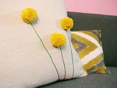 Uma ideia bem simples e com efeito garantido (via FRONT & MAIN ) para customizar  as suas almofadas! Gostamos muito do equilíbrio alegr...