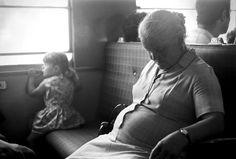 """Um fotógrafo (Alfredo Cunha) com """"olhar de puto"""" viu Portugal mudar - Linha de Sintra, estação do Rossio, Lisboa."""