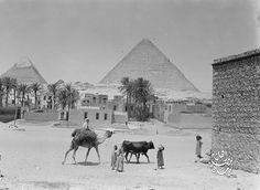 بالقرب من اهرامات الجيزة سنة 1935 م   اعتقد نزلة السمان تقريبا