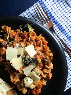 «one pot pasta Pasta Marinara, Plats Weight Watchers, Confort Food, Ramen Bowl, Vegetarian Curry, One Pot Pasta, Cooking Time, Cobb Salad, Clean Eating