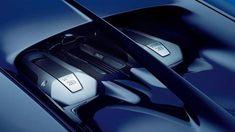 Bugatti Chiron Los neumáticos que calza son 285/30 R20 en el eje delantero y 255/25 R21 para el tren trasero. Mide 4.450 mm de largo, 2.040 mm de ancho y pesa 1.995 kilos. Se fabricarán solo 500 unidades y cada una costará unos 2.4 millones de euros, sin contar los impuestos. A pesar de ese número, en Europa aseguran que un tercio de la producción ya está vendida.