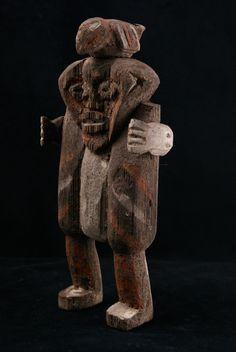 Mambila Kike MAM001  Ces statuettes nommées «Kike» sont formées de trois éléments de bambou raphia (raphia farinifera) assemblés par des tenons.  Visage typique des sculptures Mambila, polychromie du corps et du visage avec pigments naturels. Seconde moitié du XXe siècle. Utilisée dans la société de guérison SUAGA.