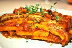 Die Süßkartoffel Nuss Lasagne besteht aus Süßkartoffeln, Erdnüssen und Tomatensoße. Sie ist schnell zubereitet, schmeckt lecker und ist.zudem noch gesund.