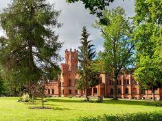 Pałac w Sorkwitach Położona na przesmyku między dwoma jeziorami miejscowość Sorkwity może poszczycić się wspaniałym pałacem. W 1788 roku major huzarów Jan Zygmunt Bronikowski von Oppeln, wybudował w Sorkwitach dwór. W latach 1850-1856 Juliusz von Mirbach przebudował dwór w pałac w stylu angielskiego neogotyku. Ogromny piętrowy gmach z czerwonej cegły stanął w rozległym parku krajobrazowym nad malowniczym jeziorem Lampackim.