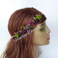 Gelin tacı çiçekli Mor tomurcuklarla ve pıtırcıklarla hazırlanmıştır. Hasır iple saç örgüsü yapılmış saç bandı doğal bir görünüm kazandırmaktadır.