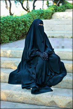 It can be exhausting wearing such heavy clothes in the heat. Hijab Niqab, Muslim Hijab, Hijab Chic, Mode Hijab, Anime Muslim, Arab Girls Hijab, Muslim Girls, Muslim Women, Niqab Fashion