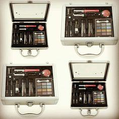 Beauty Case Strass - Joli Joli • 12 sombras, 1 blush, 1 brilho labial, 2 batons, 2 lápis de olhos, 1 aplicador de sombra, 1 rímel, apontador +  2 aplicadores. Dc Perfumes • Manaus Sua loja virtual de perfumes importados. 😉 • Entregamos em todo Brasil www.dcperfumes.com.br Instagram: Dcperfumes Facebook: @Dcperfumes Twitter: @dcperfumes Snap: dcperfumes