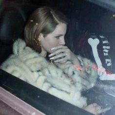 Lana Del Rey in the car wearing a white fur coat Born to Die era strawberry blonde hair Lana Del Rey Freak, Ride Lana Del Rey, Lana Del Ray, Paris Hilton, Elizabeth Grant, Queen Elizabeth, Brooklyn Baby, Old Money, Ice Princess